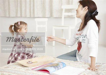 Fille en passant une tasse à la mère