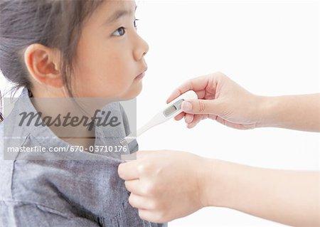 Une jeune fille de vérifier sa température
