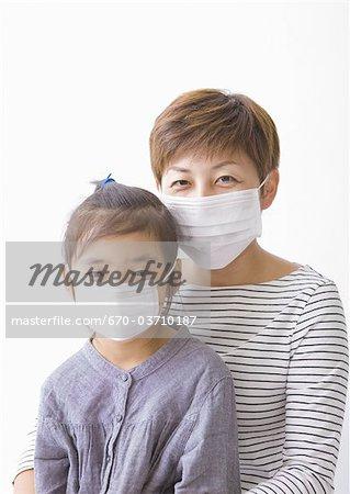 Mère et fille portant des masques