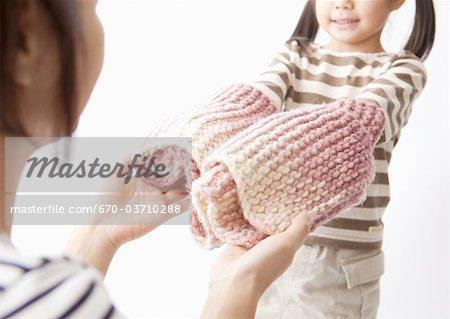 Une fille donnant à sa mère un silencieux