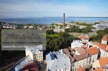 Estonie, Tallinn, vue de la basse-ville avec port Linnahall en arrière-plan