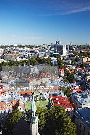 Estonie, Tallinn, vue de la basse-ville avec le quartier des affaires en arrière-plan