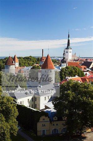 Estonie, Tallinn, vue de la basse-ville avec l'Eglise Oleviste en arrière-plan