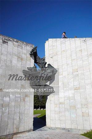 Estonie, Tallinn, Pirita, filles, assis sur le dessus de mémorial de guerre soviétique
