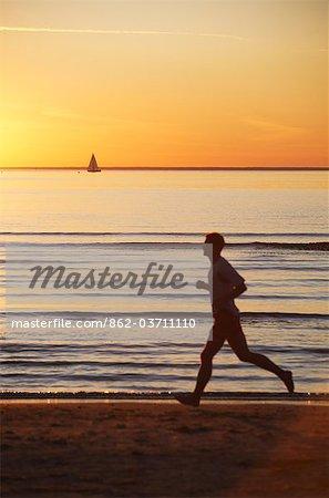 Estonie, Tallinn, homme Jogging le long de la plage de Pirita
