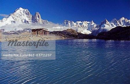 France, Haute-Savoie, Chamonix. Pics du massif du Mont Blanc, y compris Le Tour Noir et l'Aiguille Argentière s'envoler dans l'ensemble de la vallée du Lac Blanc sur le Tour de Pays du Mont Blanc.