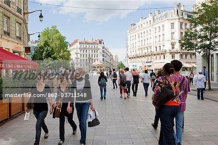 Lyon; Frankreich, Shopper auf der Straße in Lyon Frankreich