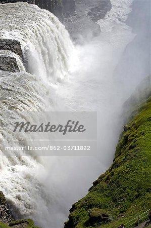 Islande. Gullfoss (or Falls) est une magnifique 32 m de hauteur double cascade sur la rivière White (Hvíta). Le débit de la rivière de la saison des pluies régulières et de l'écoulement glaciaire, particulièrement en été, fait que le plus gros volume tombe en Europe.