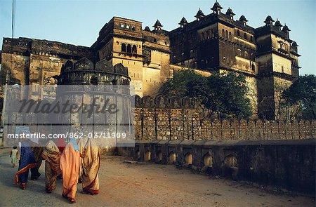 Das architektonische Erbe dieses einmalige Kapital von den Bundela Rajputs gehört zu den aufregendsten in Zentralindien. Hier überqueren Einheimische Frauen Sie die Brücke zum Raj Mahal, die zusammen mit den anderen Gebäuden Palast, auf einer Insel in der Betwa Fluß stehen.