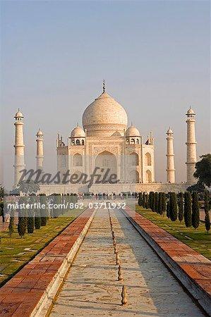 Vue classique du Taj Mahal à distance. Agra, Inde