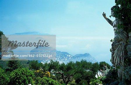 Vue depuis le sommet du Monte Solaro (596 m d'altitude) est accessible par le télésiège d'anacapri avec vue sur la côte de Sorrente et Amalfi