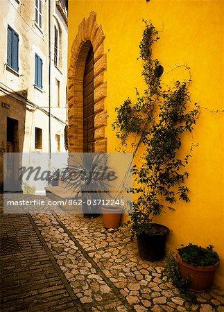 Eine malerische kurvenreiche Straße in Trevi (Umbrien)