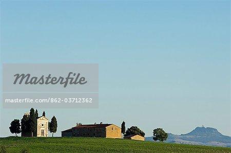 Italie, Toscane, Val d'Orcia. Chapelle de Vitaleta et ferme.