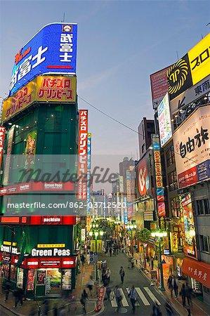 Die geschäftigen Neon beleuchtete Straßen außerhalb der Shinjuku Station