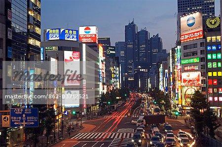 Beschäftigt Neon beleuchteten Straßen außerhalb der Shinjuku Station, einschließlich das Park Hyatt Hotel, das war der Drehort für den Film Lost in Translation