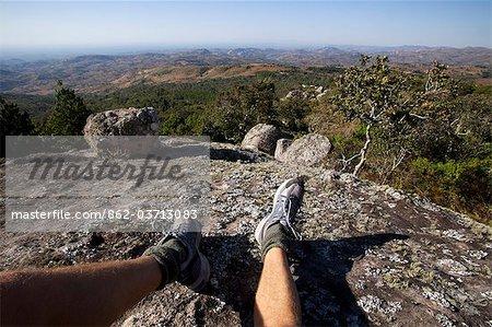 Malawi, Lilongwe, Ntchisi Forest Reserve. Un randonneur s'appuie et apprécie le paysage magnifique du point de vue de réserves forestières.