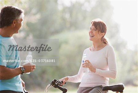Paar auf Fahrräder Trinkwasser