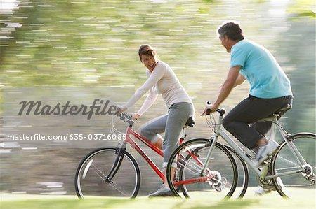 Paar Reiten Fahrräder zusammen