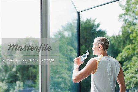 Eau potable l'homme après l'exercice