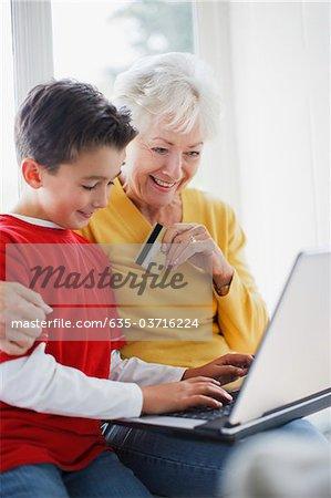 Petit-fils aider grand-mère boutique en ligne avec carte de crédit