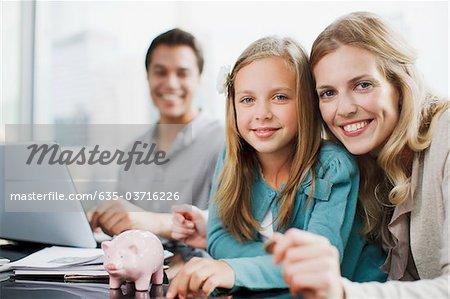Mutter und Tochter Sparschwein Münzen Inbetriebnahme