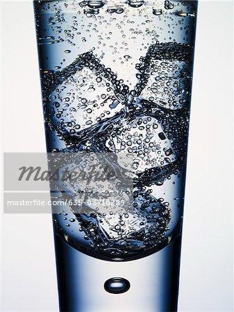 Nahaufnahme von Seltzer Wasser und Eis im Glas