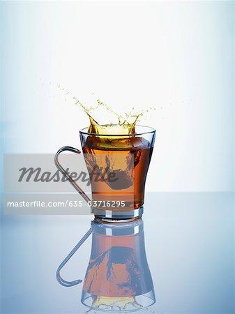 Éclaboussures de tasse de thé
