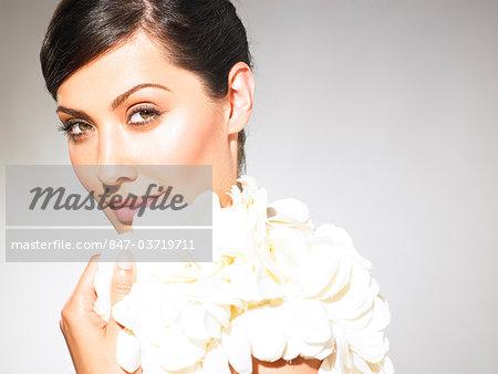 Portrait de fille rayonnante avec peau