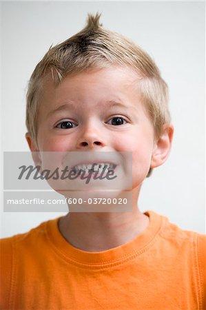 Porträt eines jungen mit fehlenden Zahn, Salzburg, Salzburger Land, Österreich