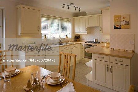 Kleine Küche Esszimmer Mit Helles Holz Und Creme Lack In Modernen