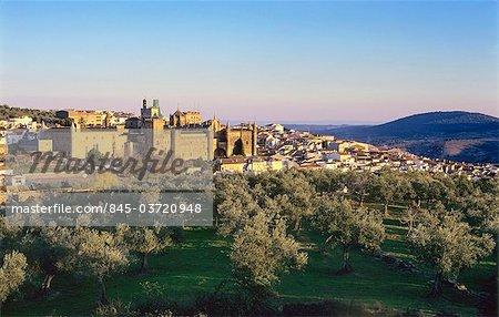 Extremadura, Guadalupe, vue sur la cathédrale de la ville et du XVe siècle et Monasterio de Santa Maria de Guadalupe.