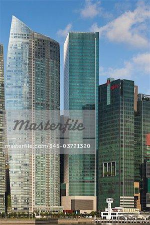 L'office One Raffles Quay bâtiment dans le quartier central des affaires du centre-ville de Singapour a été achevée en 2006. Le Sail @ Marina Bay par NBBJ est sur la gauche. Architectes : Kohn Pedersen Fox et architectes 61