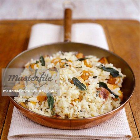 Citrouille et courge Risotto dans la casserole de cuivre avec la recette