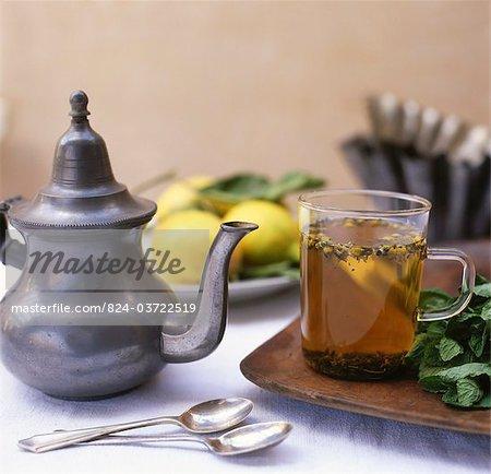 Zitrus Tee im Glas Tasse mit Metall Teekanne