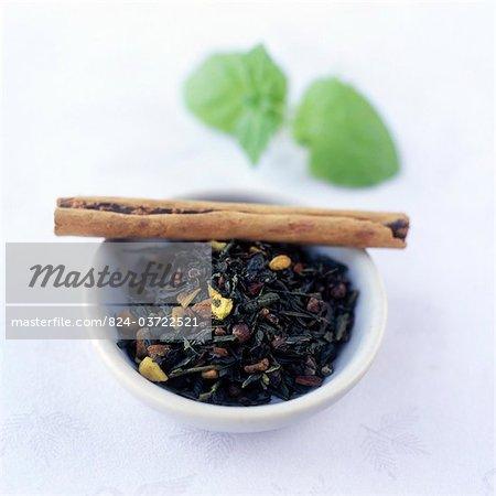 Cannelle et les feuilles de thé à la menthe