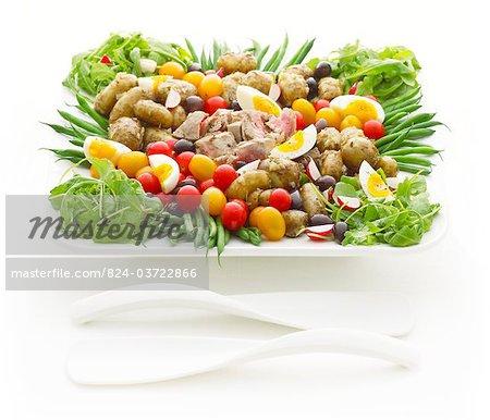Salade Niscoise thon dans un bol blanc
