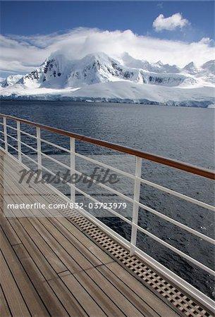 Vue des montagnes depuis le pont du navire