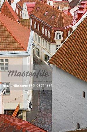 Une silhouette solitaire marchant dans les rues pavées de Tallinn, vue aérienne