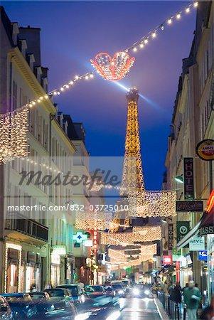 Schauen unten Straße in der Abenddämmerung auf dem Eiffelturm.