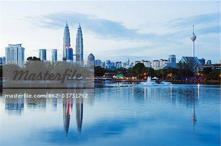Du Sud Asie du sud-est, la Malaisie, Kuala Lumpur, Petronas Towers et tour de Kuala Lumpur, lac Titiwangsa