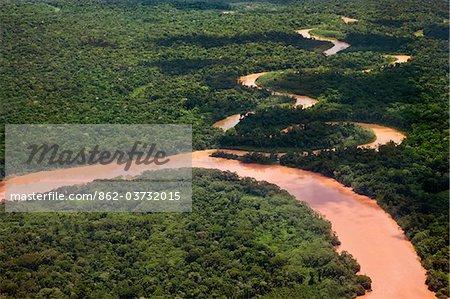 Pérou. Les eaux rouges d'un affluent important du vent la rivière Madre de Dios à travers la jungle épaisse près de Puerto Maldonado.