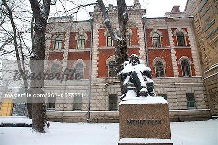Russie, Saint-Pétersbourg ; Un monument de Mendeleïev. un académicien russe