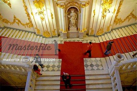 Russie, Saint-Pétersbourg ; Une vue d'ensemble de l'escalier d'entrée au Musée de l'Ermitage