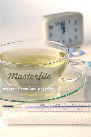 Thé avec thermomètre médical, radio-réveil et pilules