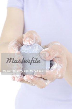 Frau Händewaschen mit Seife Lavendel
