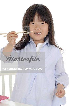 Fille de manger des sushis