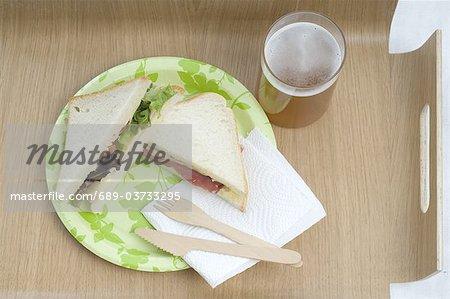 Deux sandwiches et verre de bière