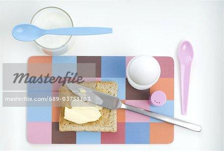 Toast avec du beurre, œuf et verre de lait