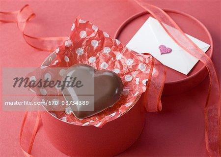 Lettre et gâteau au chocolat en forme de coeur