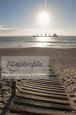 Dolphin Beach avec bulk carrier, affichage de la Table, Cape Town, Western Cape Province, Afrique du Sud
